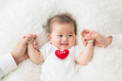 赤ちゃん 衣替え タイミング 手をつなぐ