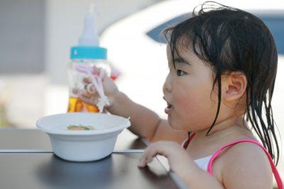 キャンプ 食事 食べる女の子