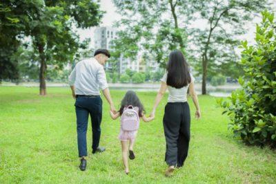 水遊び 公園 親子三人 散歩