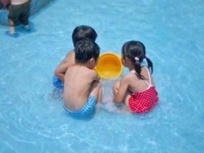 公園 水遊び プール 三人組