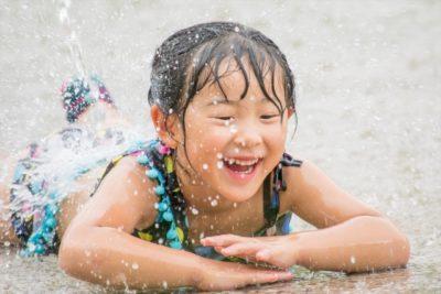 幼稚園 水遊び 寝そべる 女の子