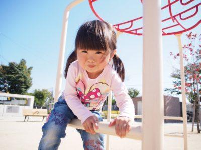 水遊び 公園 遊具で遊ぶ女の子