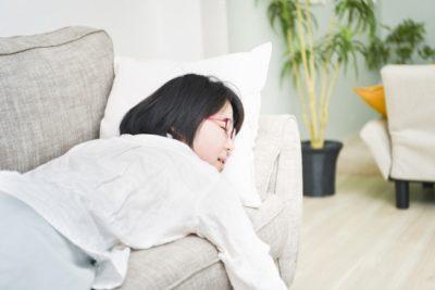 子供服 衣替え 方法 ソファで寝る女性