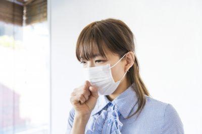衣替え くしゃみ アレルギー マスクの女性
