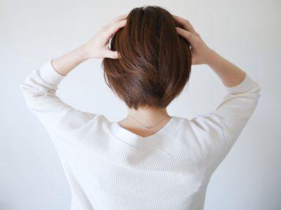 衣類 圧縮袋 おすすめ 衣替え 悩む女性
