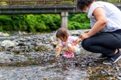水遊び 0歳児 川 親子
