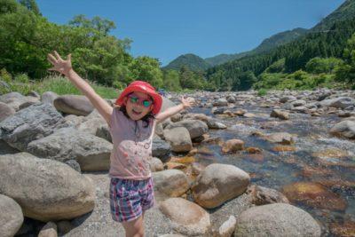 キャンプ 川 喜ぶ 女の子