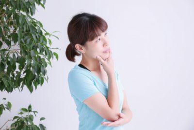 石川県 潮干狩り 時期 悩む女性