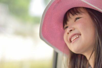 電車 好き 子供 旅行 笑顔の女の子