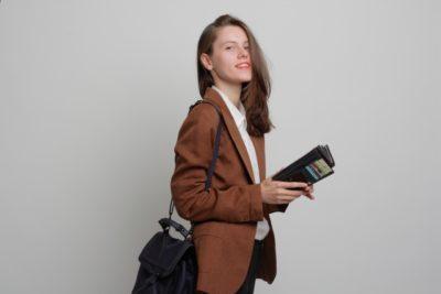 プラネタリウム 東京 安い 財布を持つ女性