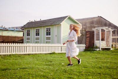 愛知 牧場 フリーマーケット 走る女性