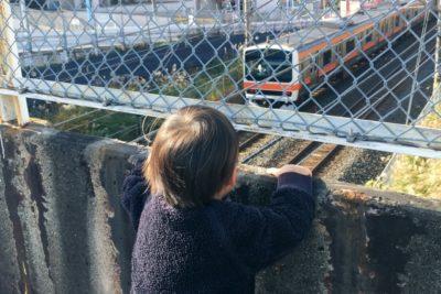 子供 電車 スポット 神奈川 電車を眺める子供