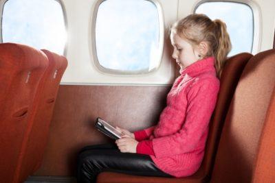 飛行機 子供 暇つぶし タブレットを見る女の子