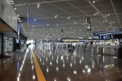 飛行機 大人 一人 子供 二人 空港