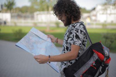 ロンドン バス 子供 料金 地図を広げる男性