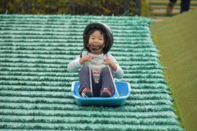 子供 そり 遊び 関東 ヘルメット