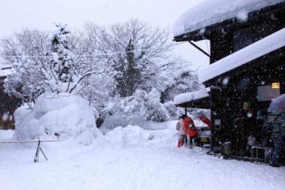 子供 雪 遊び バス ツアー 山小屋
